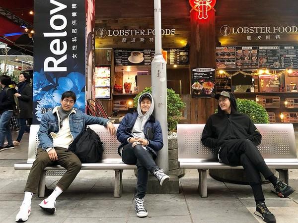▲《家師傅》李相侖3帥男星街拍照 背後一看網笑了:在台灣齁?。(圖/翻攝自lee_kiwoo IG)