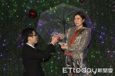 台新金吳東亮點亮聖誕樹 員工浪漫求婚共譜幸福樂章