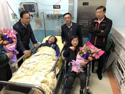 國民黨立委手被夾「躺病床、坐輪椅」 林靜儀批作秀:不要浪費醫療資源