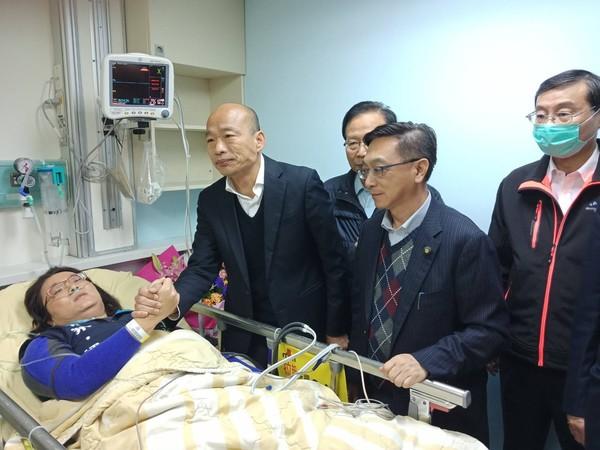 ▲▼吳敦義、韓國瑜等人前往醫院探視陳玉珍、林奕華。(圖/國民黨團提供)