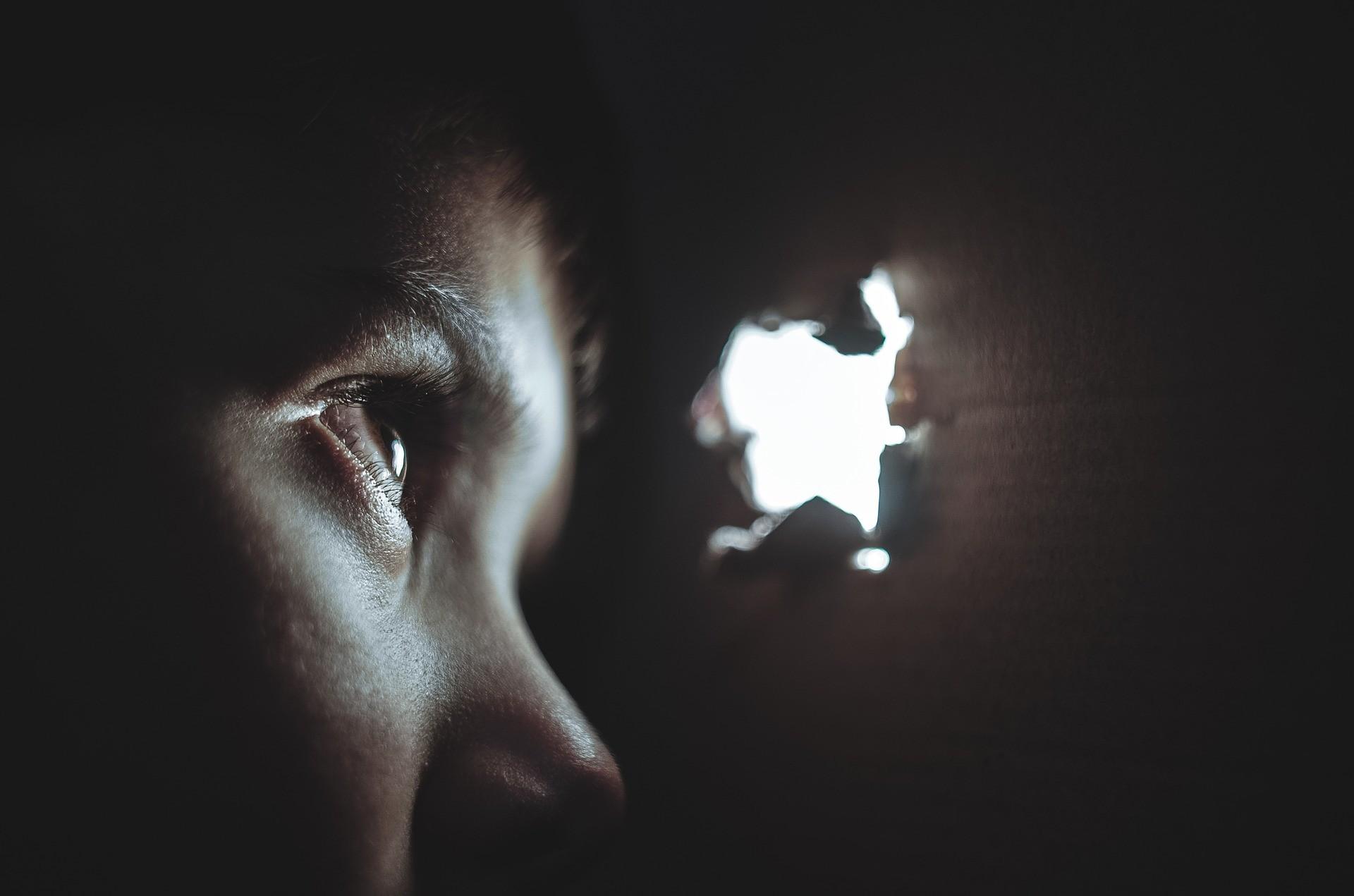 ▲偷窺,偷看,小孩。(圖/取自免費圖庫Pixabay)