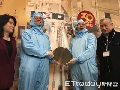 韓國瑜首次體驗穿無塵衣