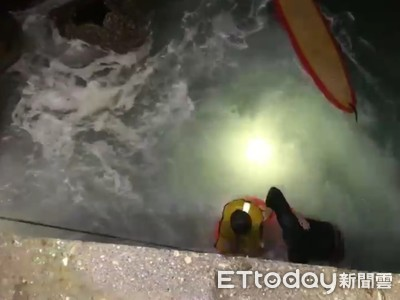 衝浪客受困求救 海象惡劣海巡成功搭救