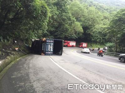台9丁線10.5噸貨車自撞山壁 1男2女一度受困