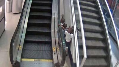 母消失 童玩手扶梯摔落6m亡