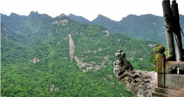龍頭香兩側就是懸崖,稍有不慎恐摔落深淵。(圖/翻攝自百度百科)