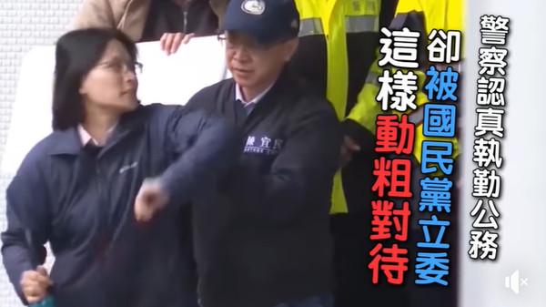 ▲▼陳宜民動手推女警。(圖/翻攝自綠黨臉書)