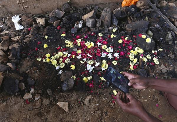 ▲▼印度海得拉巴市(Hyderabad)發生性侵縱火案,民眾到現場哀悼,慶祝警方擊斃惡狼。(圖/達志影像/美聯社)