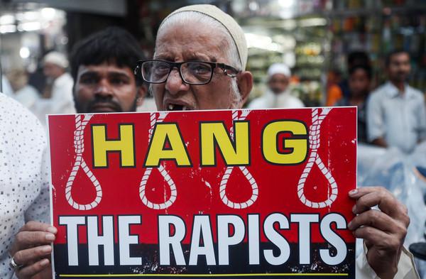▲▼印度海得拉巴市(Hyderabad)發生性侵縱火案,民眾到現場哀悼抗議。(圖/路透)