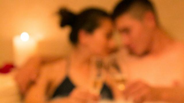 青澀情侶共度第一次!嬌羞女緊張吐胃酸 男友提槍「佛珠斷掉」噴滿地