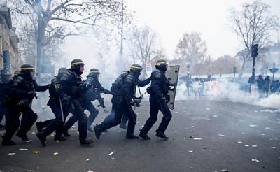 高登記者訪罷工 遭法警射突圍彈