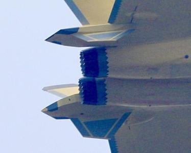 殲-20換上鋸齒噴管新航發試飛