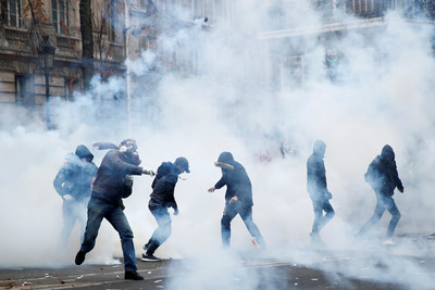 法百萬人上街 警射催淚彈逮71人