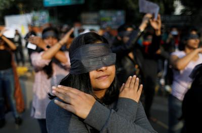 印度「黑布蒙眼」抗議針對女性暴力