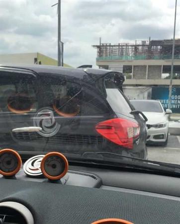 男子車輛被黑色小轎車擋住超過18小時,氣的留紙條並附上「禮物」。(圖/翻攝自推特-Sir Lipa)