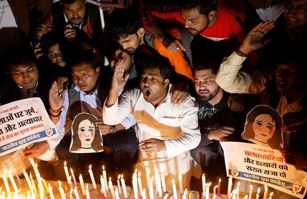 ▲印度頻傳針對女性的性暴力與謀殺案件,引發全國公憤,新德里民眾雙眼矇上黑布抗議針對女性的暴力,許多人集結在受害者家外對慰問的官員抗議。(圖/路透)