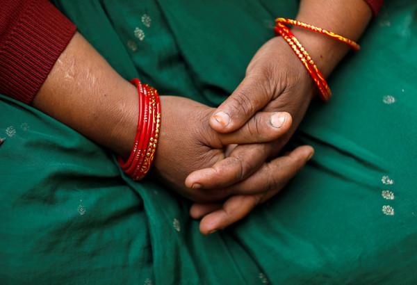 ▲▼ 印度北方邦烏納奧(Unnao)一名20多歲女子5日上午前往法庭的路途中,被5名男子毆打、刺傷並澆油點火,全身90%燒傷不治。圖為死者親屬。(圖/路透)