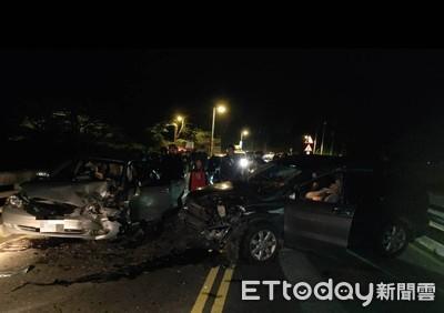 新店深夜車禍 2轎車對撞6人送醫