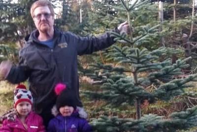 父開車撞樹叢 4歲姐妹爬60m求援