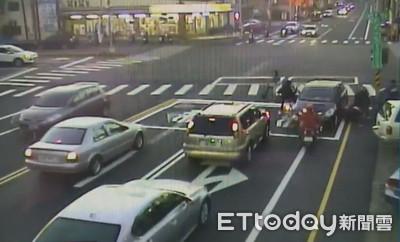 酒駕男逆闖紅燈 連環撞釀2傷