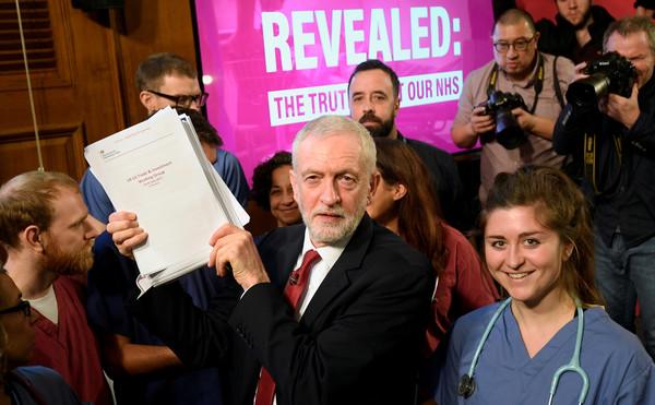 ▲▼英國工黨領袖柯賓(Jeremy Corbyn)拿著機密文件。(圖/路透)