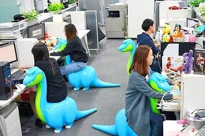 上班可以騎恐龍? 這寵物太可愛