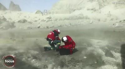 火山灰染白直升機 救援隊冒死畫面曝