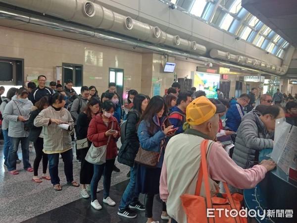 ▲▼馬公機場遠東櫃檯的退票人潮。(圖/網友林先生提供)