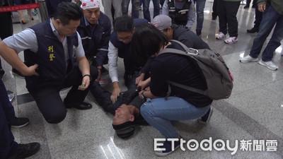 旅客氣到暈倒! 遠航停業…機場湧進退票人潮