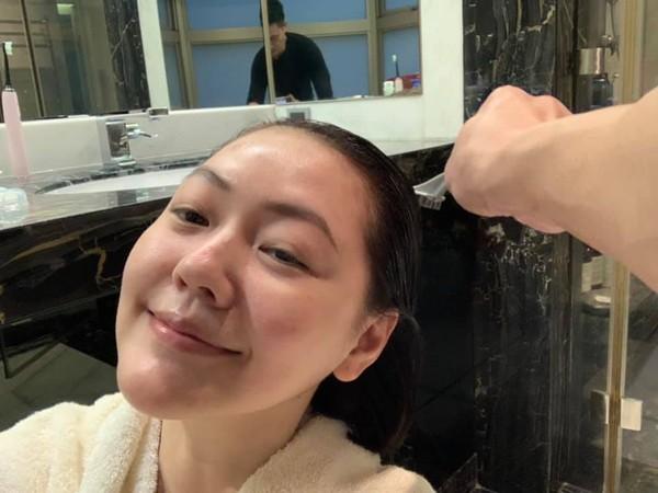 ▲Mike幫小S染頭髮。(圖/翻攝自Facebook/小S)