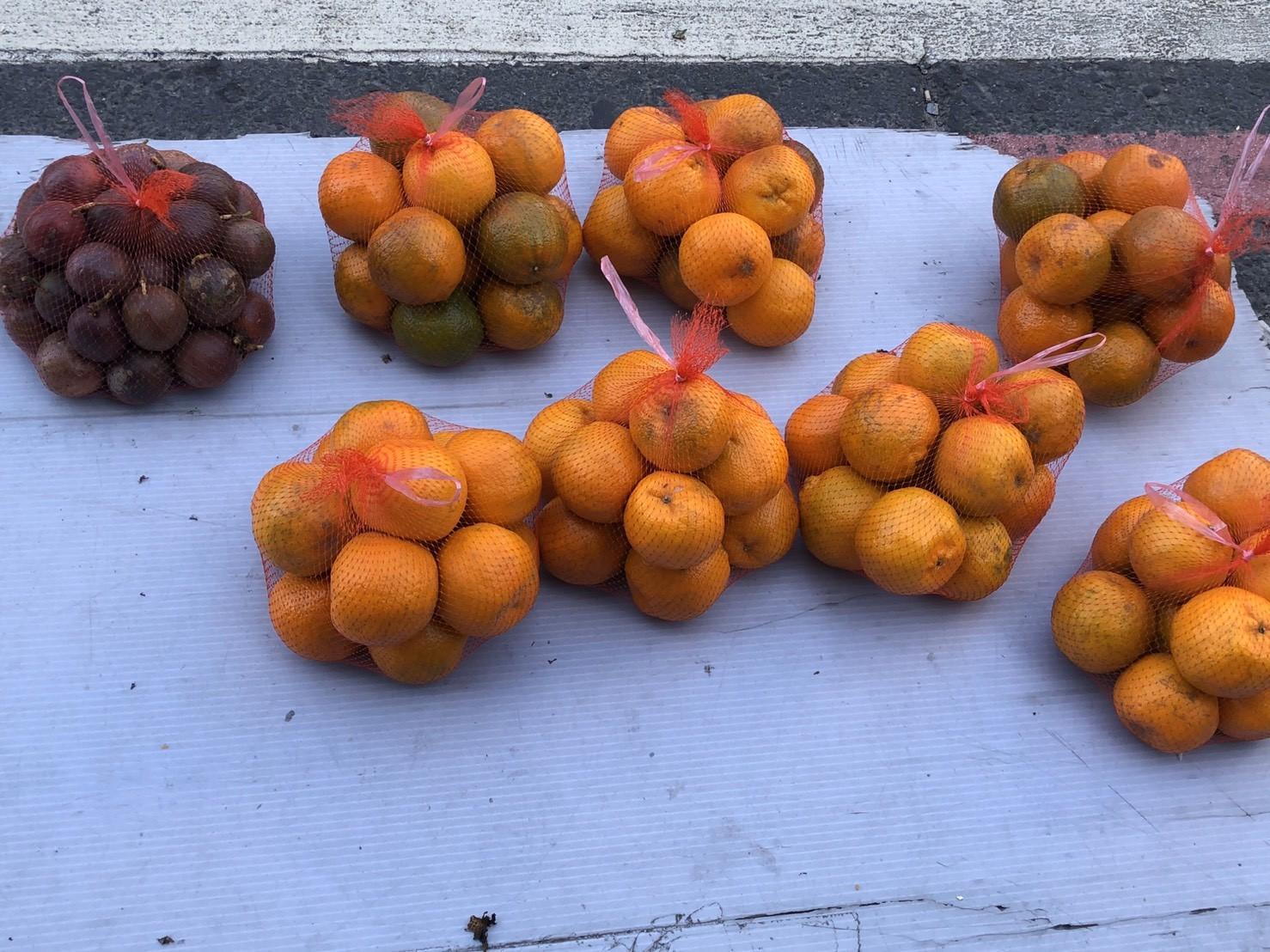 ▲▼ 路邊年老阿公賣水果。(圖/短腿吉娃娃提供,請勿隨意翻拍,以免侵權。)
