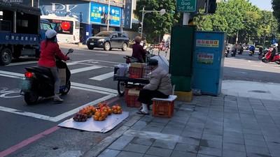 一大包賣100!跛腳爺頂寒風蹲路邊賣水果 堅持不要救助:不想麻煩小孩
