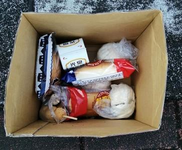 整箱食物丟樹下! 網揭原因藏洋蔥