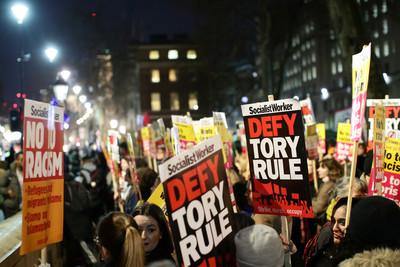 英保守黨大勝 倫敦數百人示威