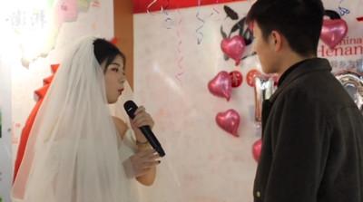 交往一周年!24歲女向男友求婚:我養你