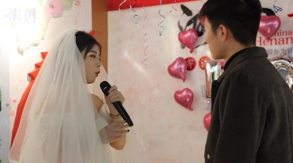 交往一周年!24歲正妹「房產權狀、BMW鑰匙」向男友求婚:我養你…網羨慕爆