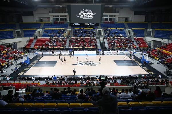 SBL/FIBA高規格地板登場 開幕戰球員卻嫌「滑」