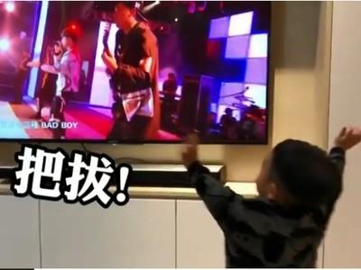 蔡桃貴看到蔡阿嘎在電視裡 反應Q炸