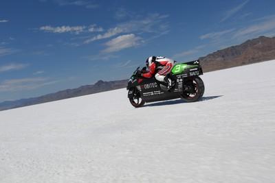 電動重機創329km/h世界最速紀錄 前MotoGP車手挑戰「鹽原」衝刺