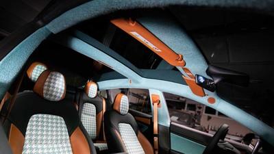 特斯拉Model 3挑戰花俏內裝 「橘藍配色」千鳥格紋&木飾
