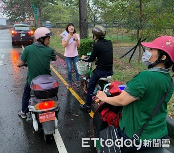 屏警交通隊持外語宣導 騎電動自行車戴安全帽