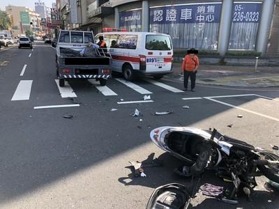 離奇! 騎士撞貨車雙腿骨折飛坐後車斗