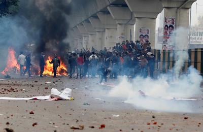 印度反《公民法》砸石頭、縱火燒公車抗議