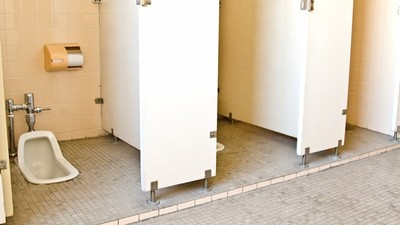 無人廁所傳「指甲抓門聲」!鐵齒老闆開店沒拜拜 詭異現象頻傳嚇到立買供品