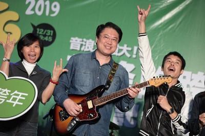 林右昌背電吉他嗨唱跨年主題曲