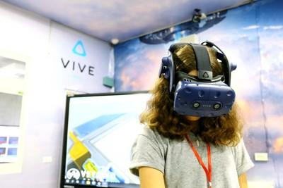 宏達電建置仁愛國中VR教育示範場域 吸引海外逾20國觀摩
