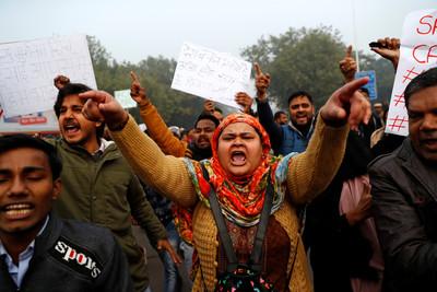 印度新德里「突襲斷網」壓制示威