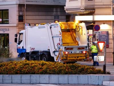 垃圾車誤點撿回一命 25歲母狠棄男嬰至街邊垃圾桶