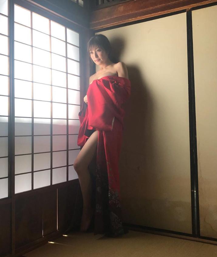 ▲▼日本「最強美乳」人妻熊田曜子PO性感寫真遭網批「不知羞恥」。(圖/翻攝自IG/kumadayoko)