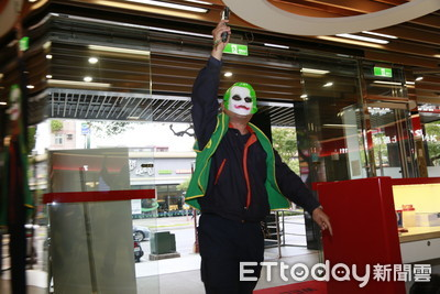 新北警扮「小丑」搶銀行 警車掛「演練」怕太逼真